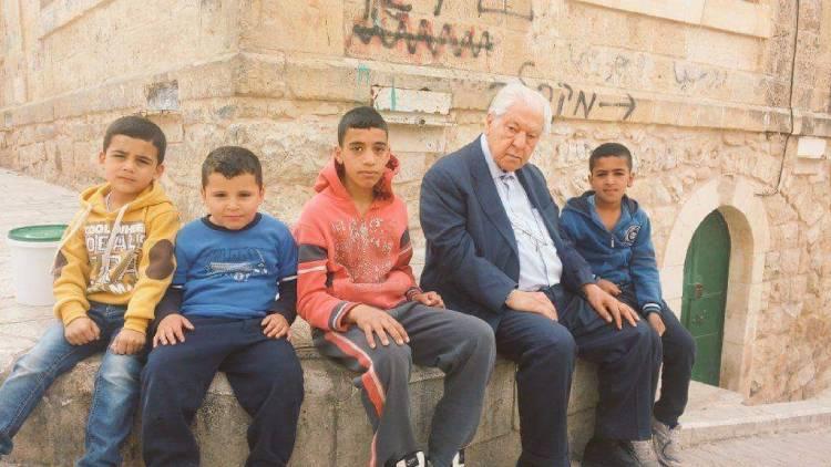 Merhum Nuri Pakdil, TİKA aşevinin önünde El-Halilli çocuklarla